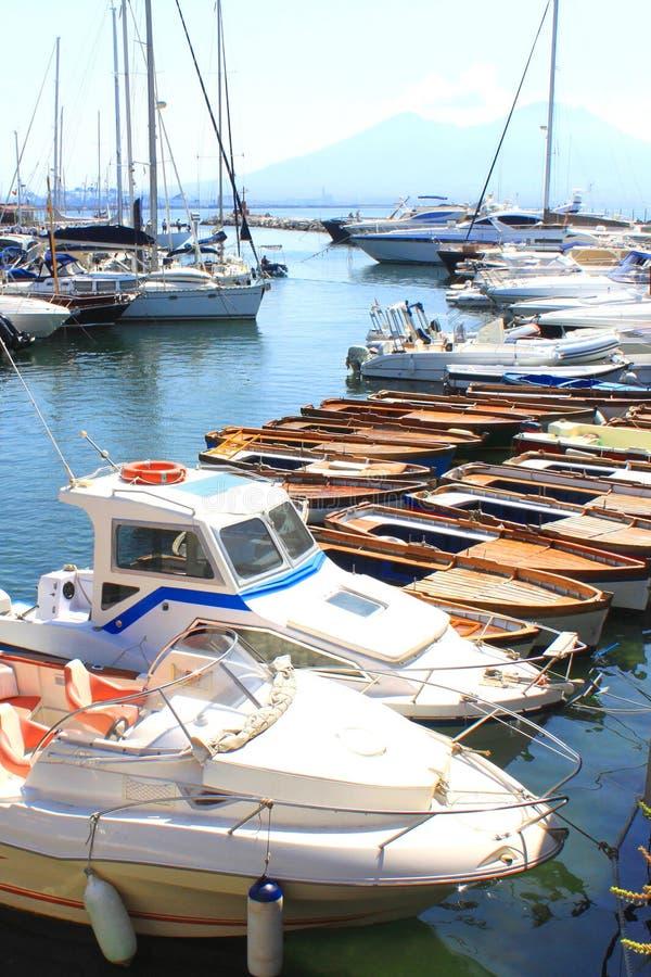 Vários iate no porto amarrado no mar ou no oceano no verão no bom tempo fotos de stock