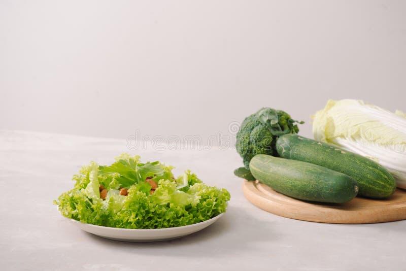 Vários ingredientes orgânicos verdes da salada no fundo branco Hea imagens de stock royalty free