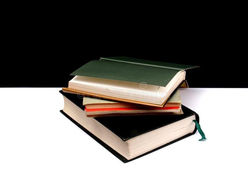 vários livros coloridos em um fundo preto e branco fotografia de stock royalty free