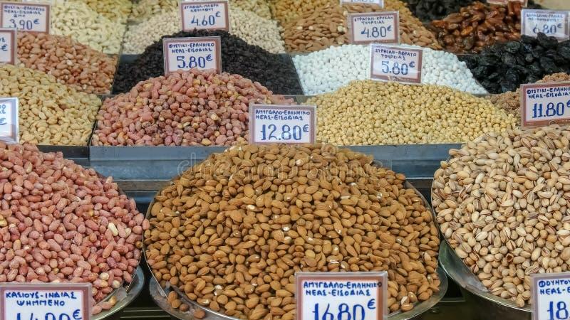 Vários porcas e frutos no mercado central de Atenas fotografia de stock