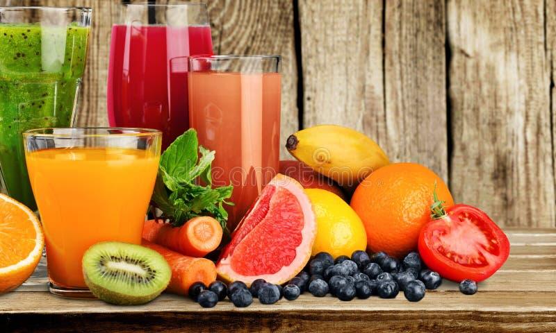 Vários sucos saudáveis na tabela imagens de stock royalty free
