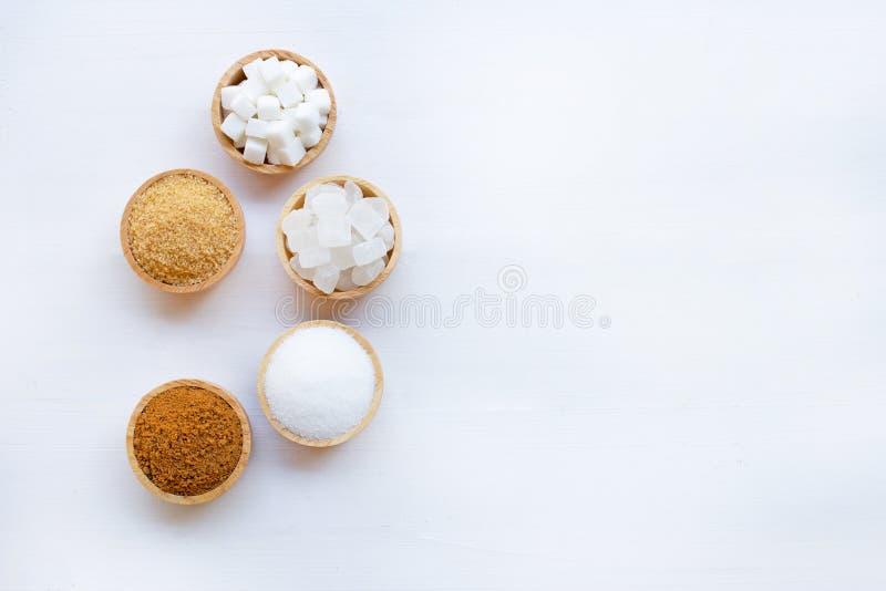 Vários tipos de açúcar em de madeira branco foto de stock