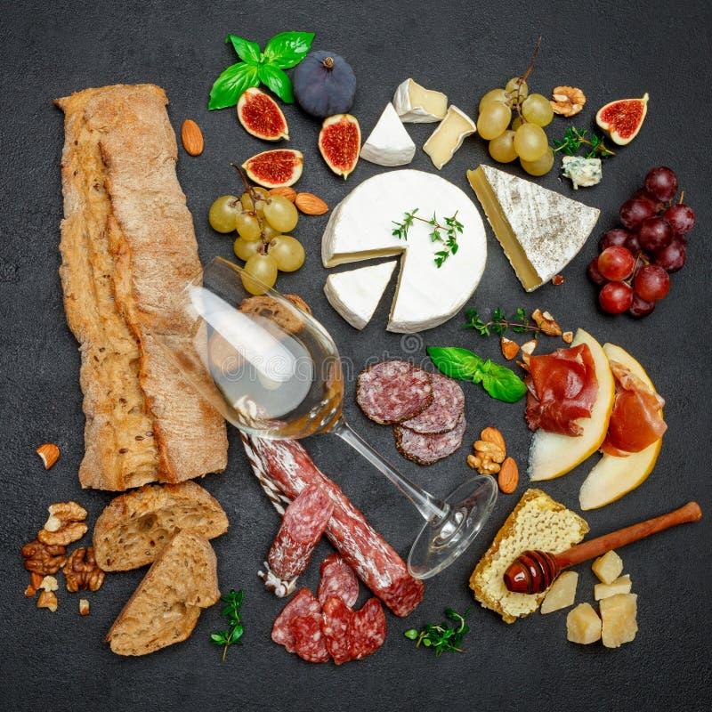 Vários tipos de queijo, de carne, de frutos e de vinho imagens de stock