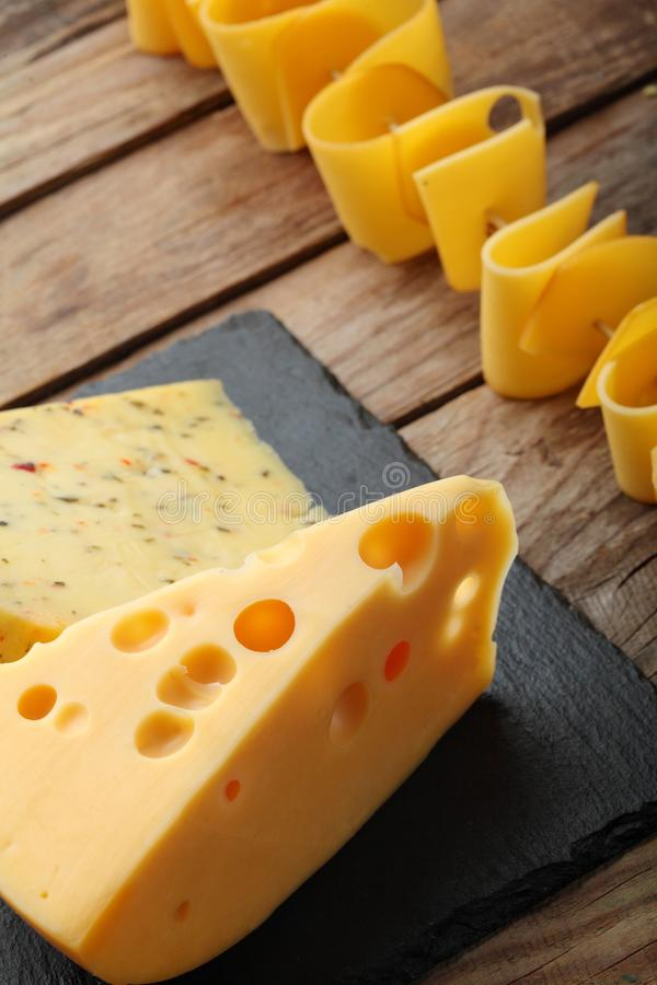 Vários tipos de queijo na placa da ardósia Copie o espaço Vista superior imagem de stock royalty free