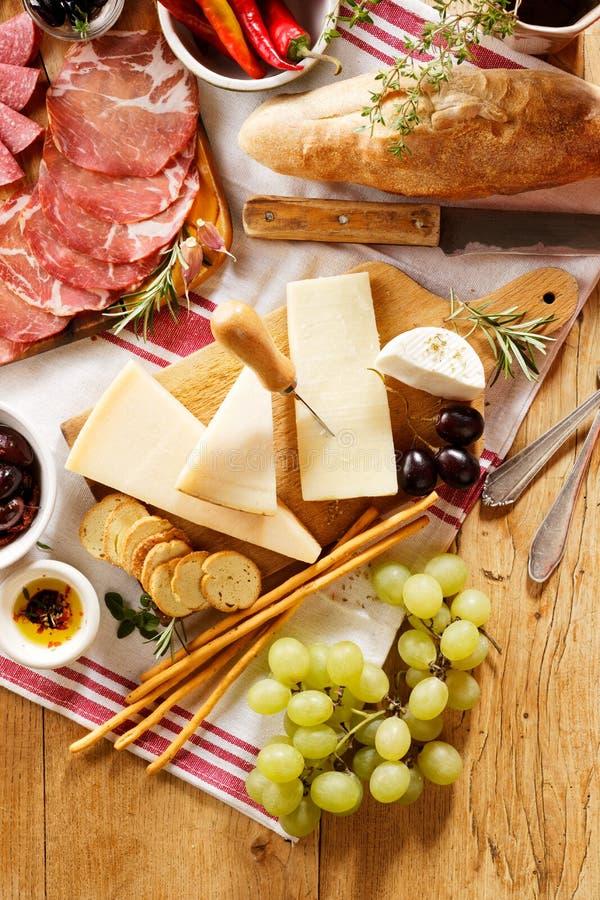 Vários tipos de queijos duros e da carne curada foto de stock royalty free