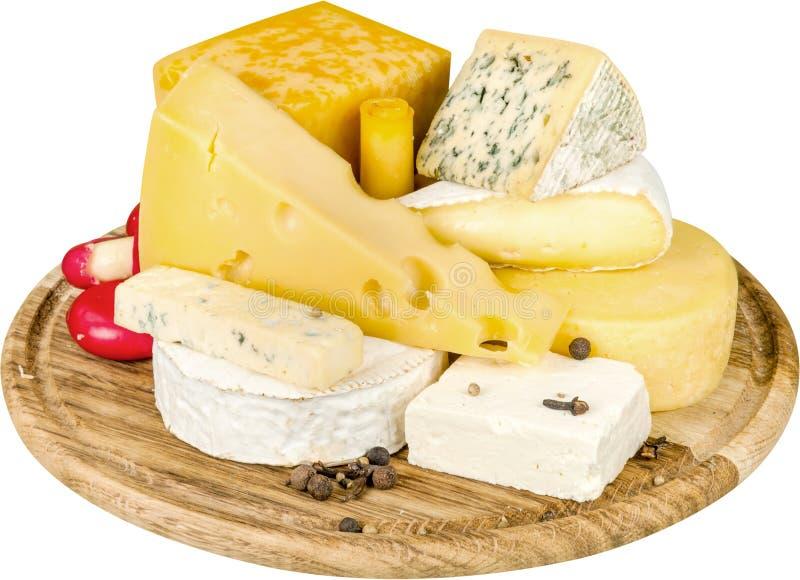 Vários tipos dos queijos na bandeja de madeira - foto de stock