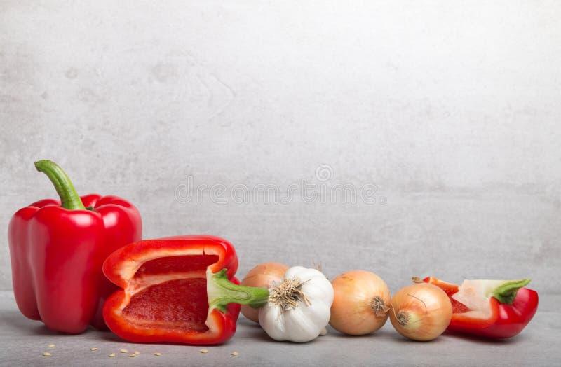 Vários vegetais com paprika, cebolas, e alho e espaguetes imagem de stock royalty free