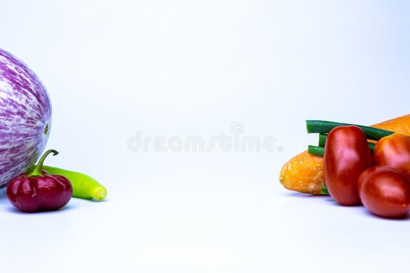 Vários vegetais no fundo branco Os vegetais coloriram diversas cores no fundo neutro Alimento orgânico do vegetariano ou do veget foto de stock