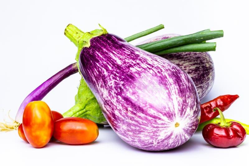 Vários vegetais no fundo branco Os vegetais horizontais da vista coloriram diversas cores no fundo neutro fotos de stock