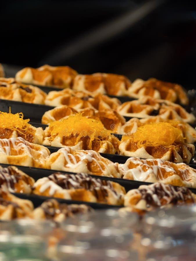 Vários waffles flavored que são colocados para a venda no mercado tailandês do alimento da rua imagens de stock royalty free