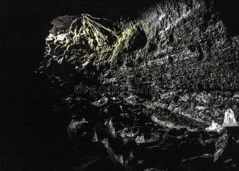 VÃdgelmir熔岩管洞通过大打开的入口,位于Hallmundarhraun熔岩荒野在西部冰岛,欧洲 免版税图库摄影
