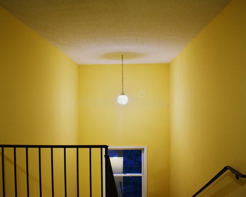 Vão das escadas amarelo, interno, casa, Virgínia imagem de stock royalty free