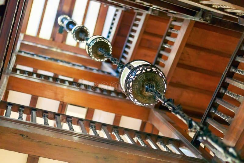 Vão das escadas de madeira antiquado na liberdade, um armazém dentro imagens de stock