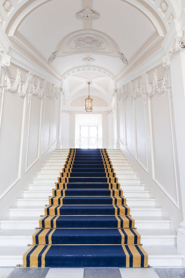 Vão das escadas no palácio polonês. fotografia de stock