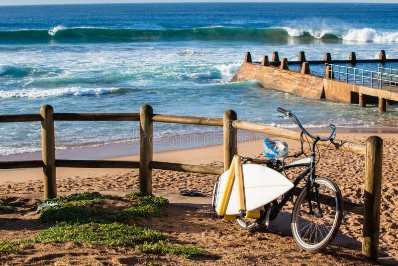 Väck surfa cykelstrandvågor royaltyfri bild