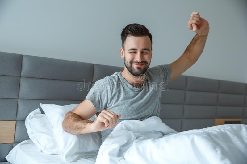 Väcka för begrepp för morgon för livsstil för ungkarlman som dagligt rutinmässigt enkelt är gymnastiskt royaltyfri bild