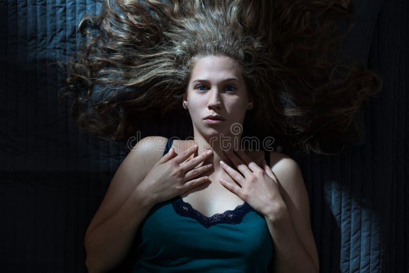Väcka kvinnan som har mardröm arkivfoton