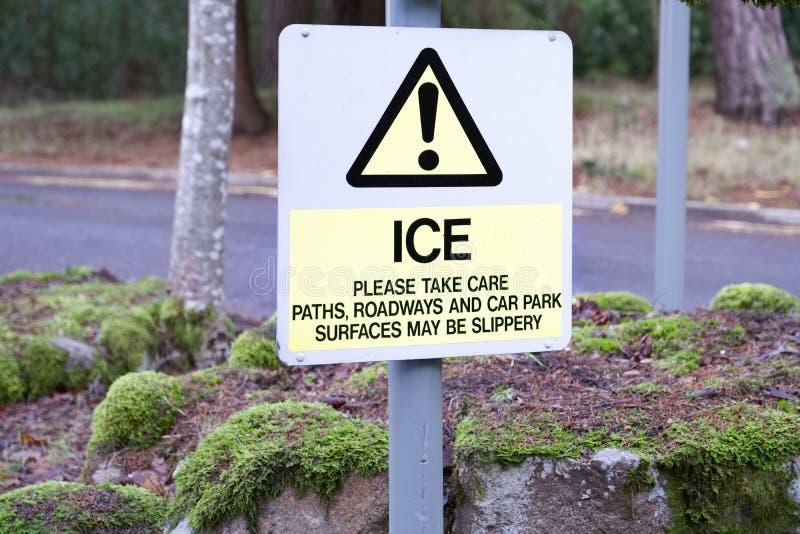 Väder för isvintervägen tar omsorgtecknet som varnar hal yttersida arkivbilder
