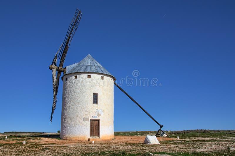 Väderkvarn - Campo de Criptana Spanien royaltyfri fotografi