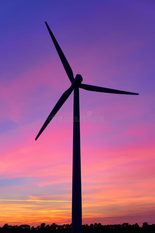 väderkvarn efter solnedgång arkivbild