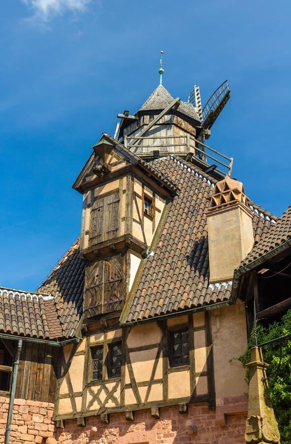 Väderkvarn i den Haut-Koenigsbourg slotten - Alsace royaltyfri bild