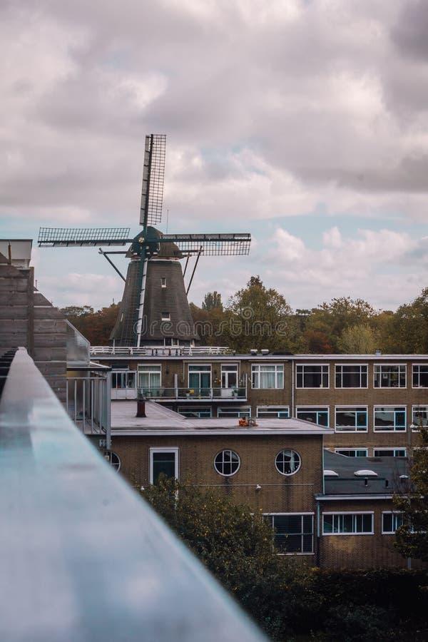 Väderkvarn i förorten av Amsterdam royaltyfria foton