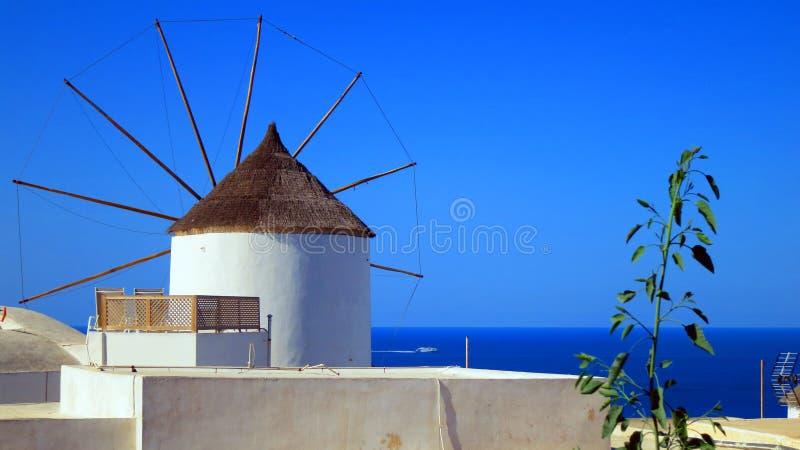 Väderkvarn i Santorini royaltyfria foton