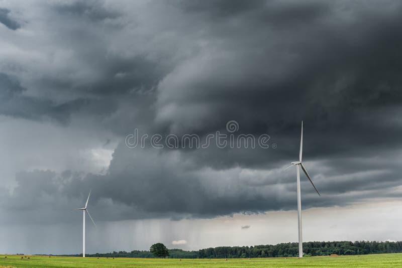 Väderkvarn med stormig himmel molnig sky royaltyfri bild