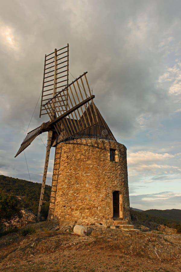 Väderkvarn nästan Ramatuelle, Provence, Frankrike royaltyfri foto