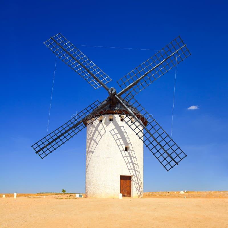 Väderkvarn och blå himmel. Campo de Criptana, CastileLa Mancha, Spanien royaltyfri fotografi