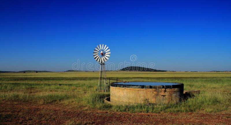Väderkvarn och fördämning på jordbruksmark, Freestate landskap, Sydafrika fotografering för bildbyråer