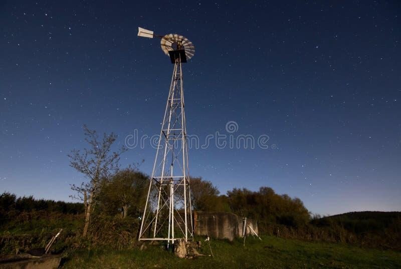 Väderkvarn och månsken fotografering för bildbyråer