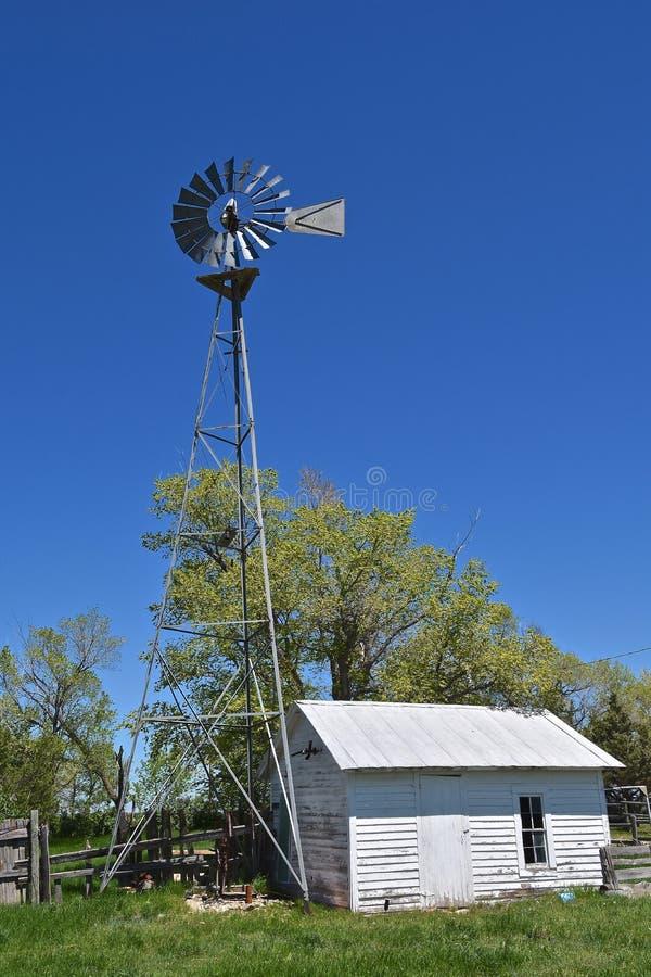 Väderkvarn- och pumphus på en gammal ranch arkivfoton
