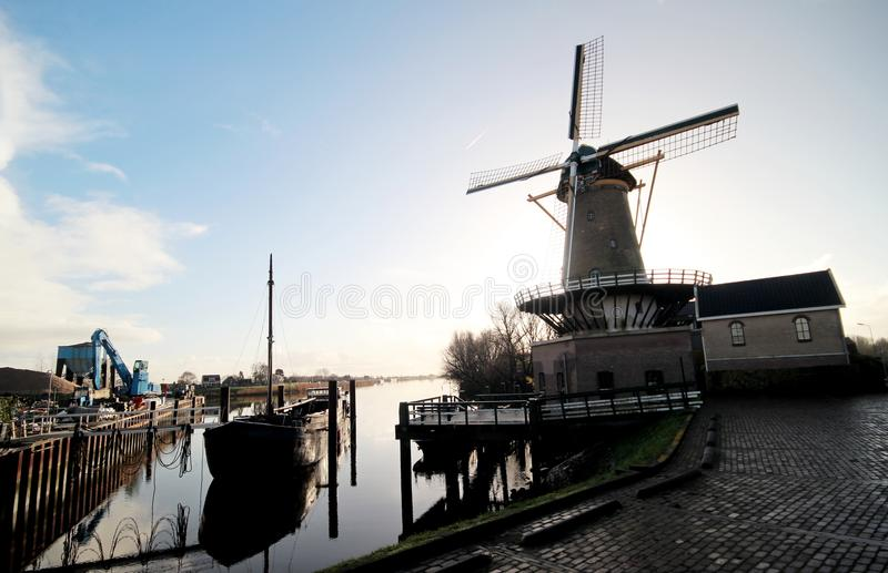 Väderkvarn och skepp i floden Hollanse IJssel royaltyfri bild