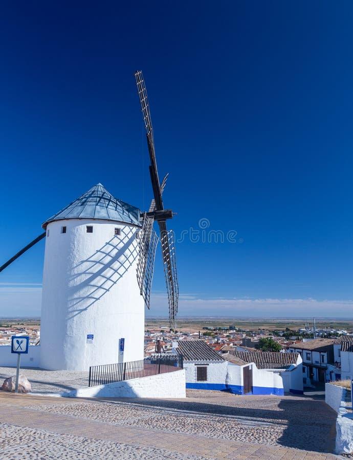 Väderkvarn och stad av Campo de Criptana La Mancha, Spanien royaltyfri fotografi