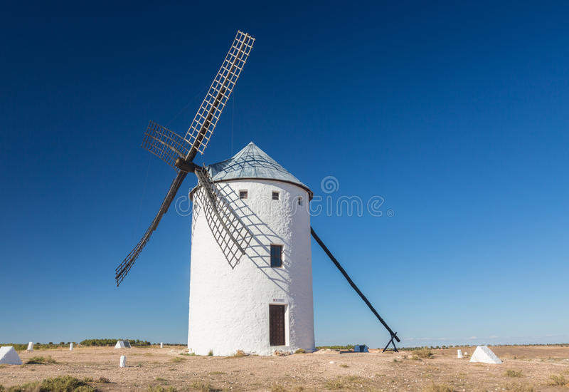 Väderkvarn på Campo de Criptana La Mancha, Spanien fotografering för bildbyråer