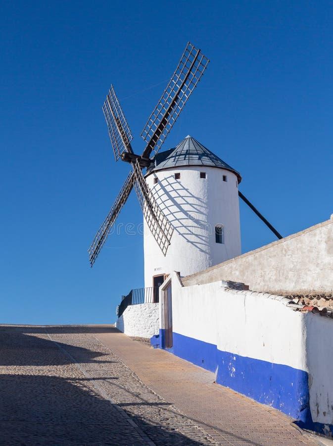 Väderkvarn på Campo de Criptana La Mancha, Spanien royaltyfria bilder