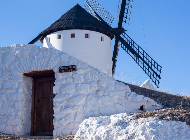 Väderkvarn på Campo de Criptana La Mancha, Spanien arkivbilder
