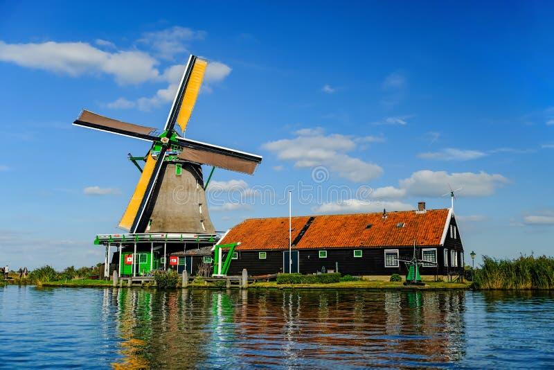 Väderkvarn på den Zaan floden på Zaanse Schans royaltyfria bilder