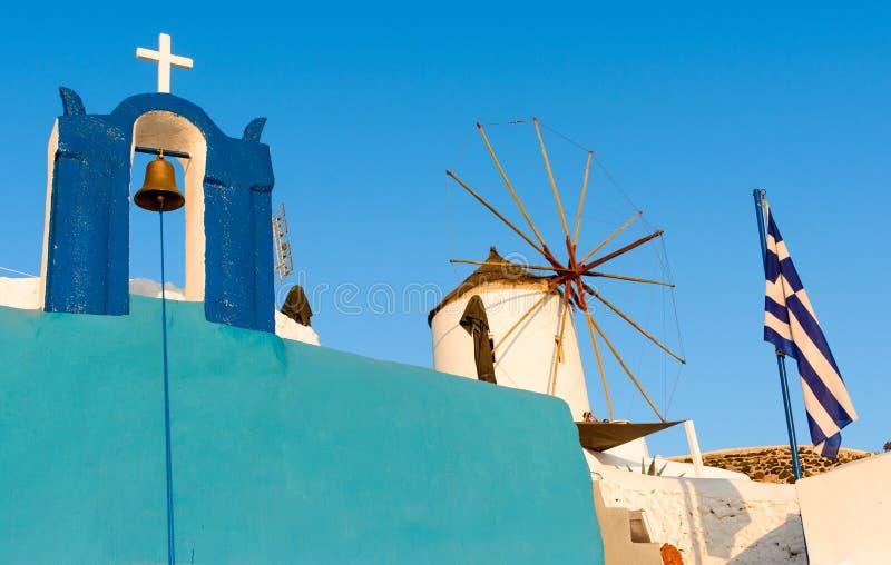 Väderkvarn på gatorna av Oia, santorini, Grekland, Caldera, Aegea royaltyfri fotografi