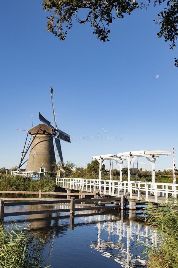 Väderkvarn på Kinderdijk, Nederländerna arkivbild