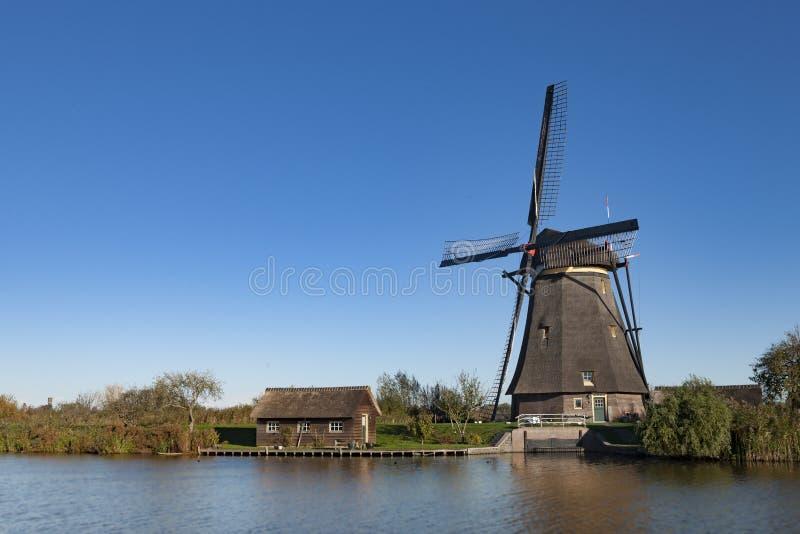 Väderkvarn på Kinderdijk, Nederländerna royaltyfri foto