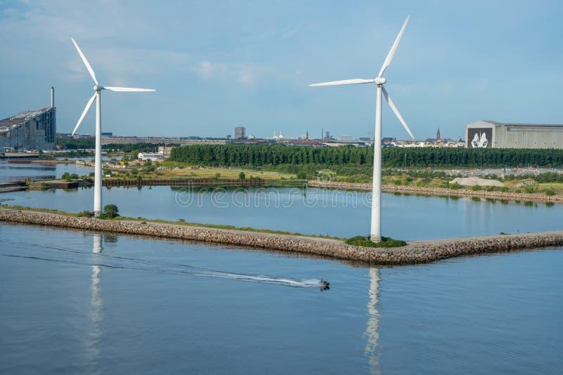 Väderkvarn på kusten av copenhagen med den främsta jetskien royaltyfri foto