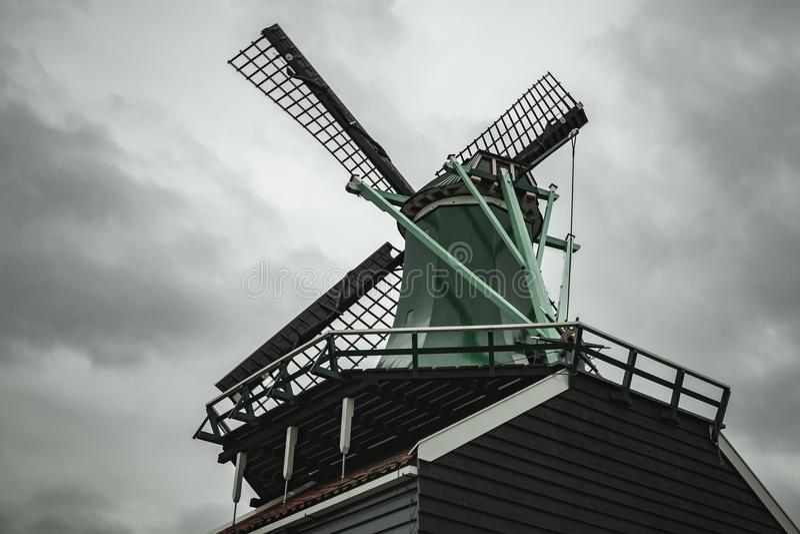 Väderkvarn under dramatisk molnig himmel holland royaltyfri bild