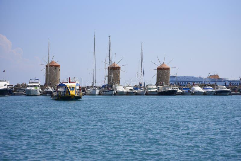 3 väderkvarnar av den Mandraki hamnen på ön av Rhodes royaltyfri bild