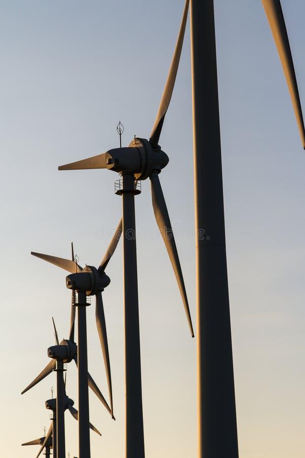 Väderkvarnar för förnybar elkraft arkivbilder