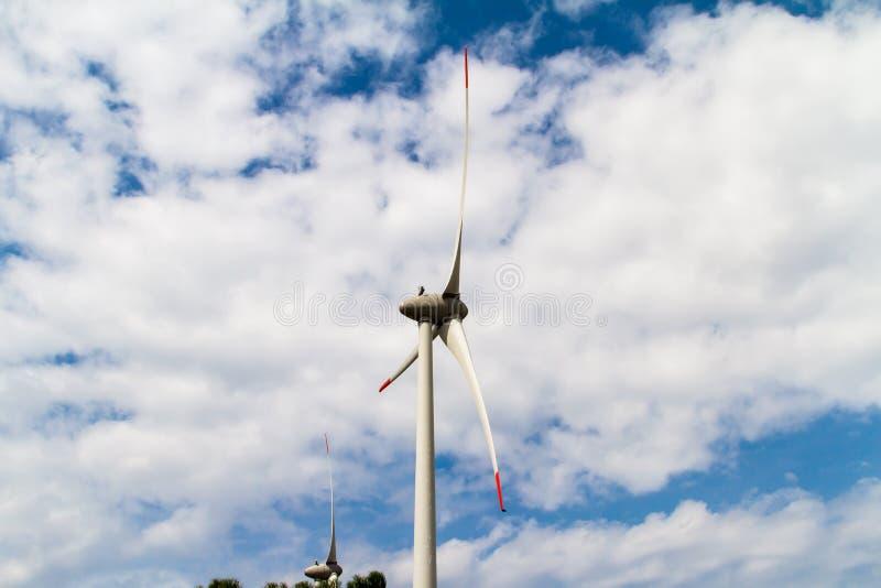 Väderkvarnar för förnybara energikällor royaltyfri foto