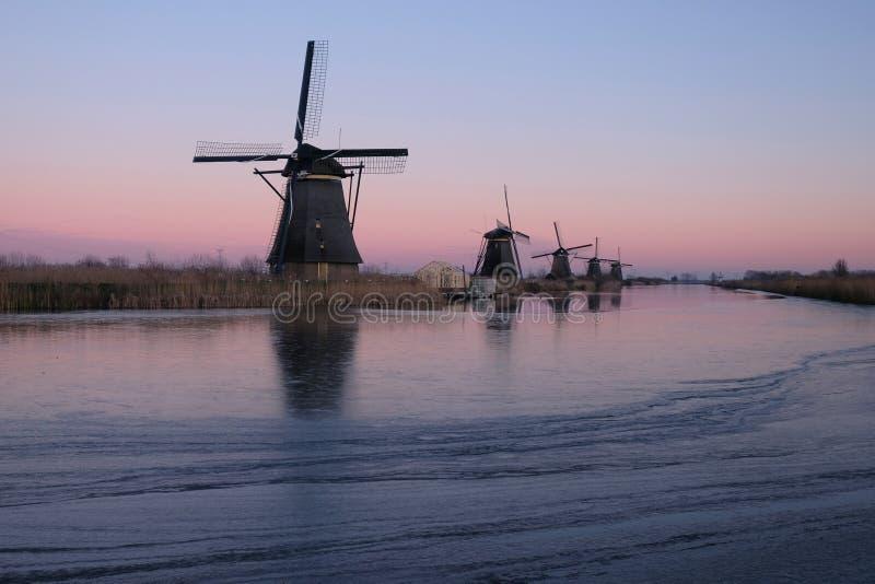 Väderkvarnar för UNESCOvärldsarv står i Kinderdijk, nära Rotterdam Nederländerna royaltyfri bild