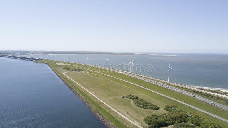 Väderkvarnar för vindenergi i Nederländerna royaltyfri fotografi