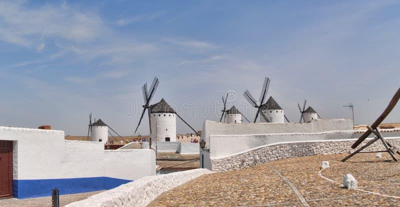 Väderkvarnar i den Campo de Criptana sikten från gatan arkivbild
